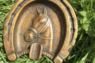 Пепельница в форме подковы с лошадью